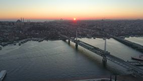 Opinião aérea da Istambul, Turkie do zangão Baía de Bosphorus Halic Por do sol Mosca sobre as pontes vídeos de arquivo