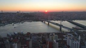 Opinião aérea da Istambul, Turkie do zangão Baía de Bosphorus Halic Por do sol Mosca sobre as pontes filme