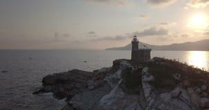 Opinião aérea da manhã do farol da rocha do mar Mediterrâneo vídeos de arquivo