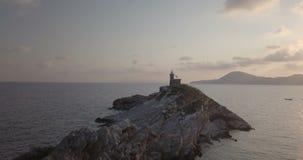 Opinião aérea da manhã do farol da rocha do mar Mediterrâneo filme
