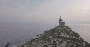 Opinião aérea da manhã do farol da rocha do mar Mediterrâneo video estoque