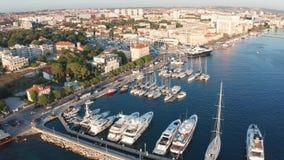 Opinião aérea da metragem do zangão da Croácia do porto de Zadar video estoque