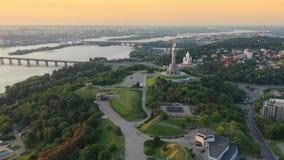 Opinião aérea da metragem do zangão do monumento da pátria em Kiev Kyiv, Ucrânia filme