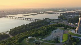 Opinião aérea da metragem do zangão do monumento da pátria em Kiev Kyiv, Ucrânia video estoque