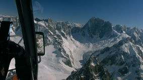 Opinião aérea da montanha da neve filme