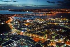 Opinião aérea da noite de Auckland, Nova Zelândia foto de stock royalty free