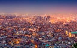 Opinião aérea da noite de ruas de incandescência de Nápoles, Itália imagem de stock