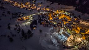 Opinião aérea da noite de uma vila suíça no Natal - Suíça Foto de Stock