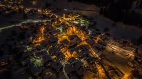Opinião aérea da noite de uma vila suíça no Natal - Suíça Imagem de Stock
