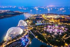 Opinião aérea da noite do bosque de Supertree em jardins perto de Marina Bay foto de stock