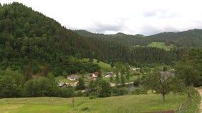 Opinião aérea da paisagem bonita da natureza da vila nas montanhas Carpathian Vista superior De cima de video estoque