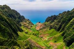 Opinião aérea da paisagem dos penhascos e do vale verde, Kauai Fotos de Stock