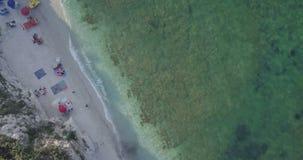 Opinião aérea da praia do mar Mediterrâneo vídeos de arquivo