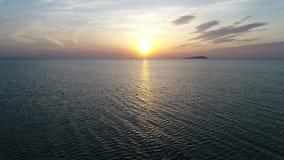 Opinião aérea da retirada do oceano calmo no por do sol video estoque