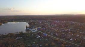 Opinião aérea da skyline da arquitetura da cidade da cidade da vila, da igreja e do golfo bonito do rio durante o dia Arquitetura vídeos de arquivo