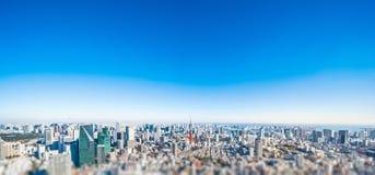 Opinião aérea da skyline da cidade em tokyo, japão com efeito diminuto do borrão do deslocamento da inclinação da lente fotografia de stock