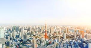 Opinião aérea da skyline da cidade em tokyo, japão com efeito diminuto do borrão do deslocamento da inclinação da lente fotos de stock royalty free