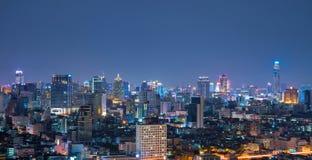 Opinião aérea da skyline urbana de Banguecoque na noite foto de stock