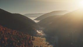 Opinião aérea da vista panorâmico do nascer do sol da corrente do monte vídeos de arquivo