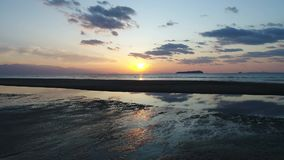 Opinião aérea da zorra do oceano calmo no por do sol filme