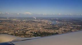 Opinião aérea de Amsterdão da cidade europeia de Jet Aircraft Porthole Foto de Stock Royalty Free