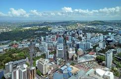 Opinião aérea de Auckland que olha do sudeste a Mt. Eden. fotos de stock royalty free
