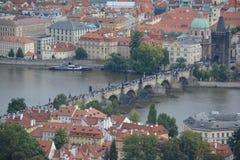 Opinião aérea de Charles Briidge, Praga, Czehia Fotos de Stock Royalty Free