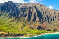 Opinião aérea de Havaí da ilha do kawaii da costa de Napali de um plano em um dia ensolarado Fotos de Stock