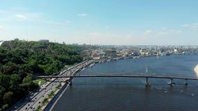 Opinião aérea de Kiev Ucrânia ao brigde e ao rio de Dnepr filme