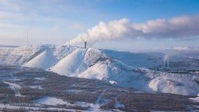 A opinião aérea de Kiruna, a cidade a mais northernmost do inverno na Suécia, província de Lapland, imagem ensolarada do inverno  fotos de stock