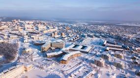 A opinião aérea de Kiruna, a cidade a mais northernmost do inverno na Suécia, província de Lapland, imagem ensolarada do inverno  imagens de stock royalty free