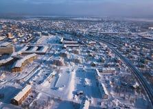 A opinião aérea de Kiruna, a cidade a mais northernmost do inverno na Suécia, província de Lapland, imagem ensolarada do inverno  imagem de stock royalty free