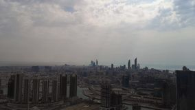 Opinião aérea de lapso de tempo da skyline da cidade de Abu Dhabi e dos arranha-céus contra o céu nebuloso - Médio Oriente, Emira filme