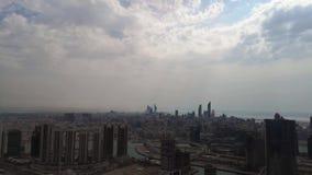 Opinião aérea de lapso de tempo da skyline da cidade de Abu Dhabi e dos arranha-céus contra o céu nebuloso - Médio Oriente, Emira vídeos de arquivo