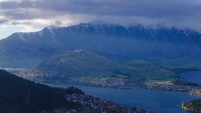 Opinião aérea de lapso de tempo de Queenstown na ilha sul, Nova Zelândia video estoque
