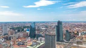 Opinião aérea de Milão de torres e arranha-céus modernos e a estação de trem de Garibaldi no timelapse do distrito financeiro filme