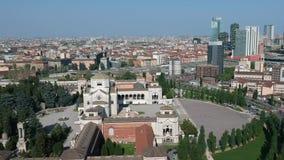 Opinião aérea de Milan Monumental Cemetery - skyline de Milão com os arranha-céus no fundo filme
