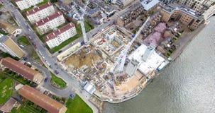 Opinião aérea de olho de pássaros de guindastes de uma construção do canteiro de obras Foto de Stock Royalty Free