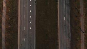 Opinião aérea diversas estradas paralelas com tráfego e povos que andam - voo cinemático do tiro do zangão sobre a estrada em Rig video estoque
