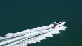 Opinião aérea do barco rápido vídeos de arquivo