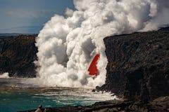 A opinião aérea do dia da cachoeira da mangueira de fogo deu forma ao fluxo da lava vermelha do vulcão em Havaí que explode no ma foto de stock