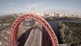 Opinião aérea do helicóptero de Zhivopisnyi a maioria de ponte pitoresca sobre o rio de Moscou vídeos de arquivo