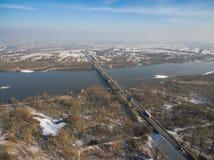 Opinião aérea do inverno da ponte da estrada sobre Vistula River Foto de Stock