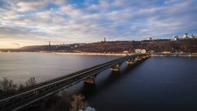 Opinião aérea do inverno na ponte do metro e do coa direito fotos de stock royalty free