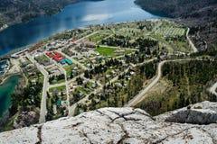 Opinião aérea do lago e do townsite Waterton imagem de stock royalty free