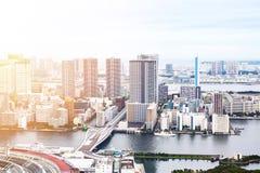 Opinião aérea do olho moderno panorâmico do pássaro da construção da arquitetura da cidade da baía de Odaiba e da ponte do arco-í Fotos de Stock Royalty Free