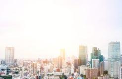 Opinião aérea do olho moderno panorâmico do pássaro da skyline da cidade da torre de tokyo sob o céu azul dramático do nascer do  Fotografia de Stock Royalty Free