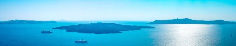 Opinião aérea do olho panorâmico do pássaro da construção, do céu e do mar brancos na ilha de Santorini, Oia, Grécia Imagens de Stock
