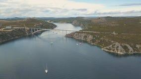 Opinião aérea do panorama com ponte e mar em torno das ilhas Paisagem bonita cercada com o mar azul com ponte vídeos de arquivo