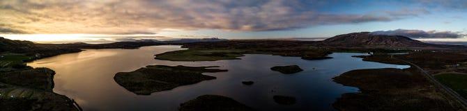 Opinião aérea do panorama de um lago em Islândia imagem de stock